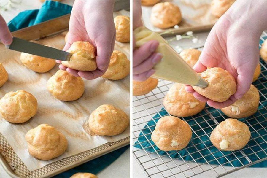 Cách cho nhân vào vỏ bánh: 1. Dùng kéo dao sắc và cắt ngang phần bụng bánh và dùng muỗng múc kem hoặc dùng túi bắt kem cho nhân vào. 2. Tạo 1 lỗ nhỏ ở bên hông hoặc dưới bánh, và dùng túi bắt kem để bơm kem vào.