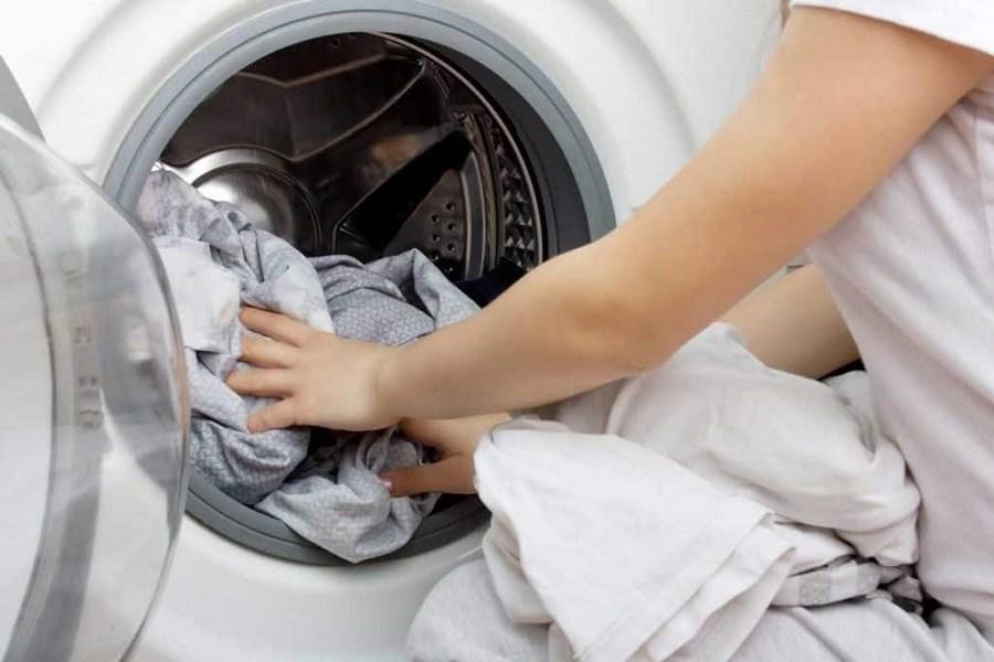 Cho rèm cửa vào trong lồng máy giặt
