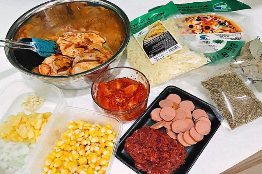 Các nguyên liệu làm bánh pizza bò: thịt bò xay, xúc xích khô, bắp, tiêu, sốt cà chua, dầu ăn, hành tây, ớt chuông,...