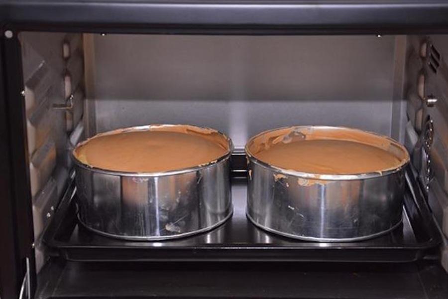 Cho bánh vào lò và nướng trong 10 phút ở 170 độ C. Sau đó, hạ nhiệt độ xuống 160 độ C và nướng trong khoảng 40 phút. Khi bánh chuyển sang màu nâu vàng thì lấy bánh ra.