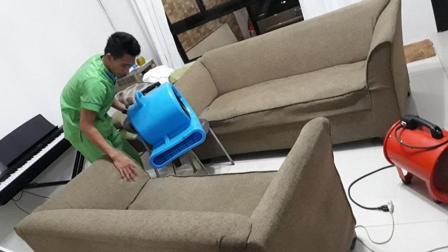 Dùng quạt làm khô ghế sofa vải