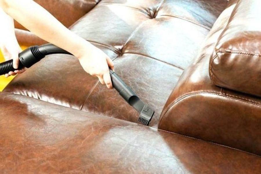 Vệ sinh sofa giả da với máy hút bụi