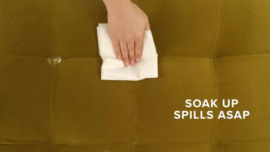 Lau nước trên ghế sofa nhung bằng khăn ẩm