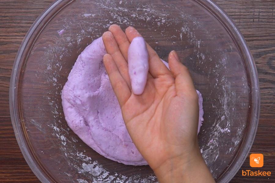 Dùng tay tạo hình cho bánh khoai mỡ tuỳ ý thích, thường là nặn thành hình thuôn dài.