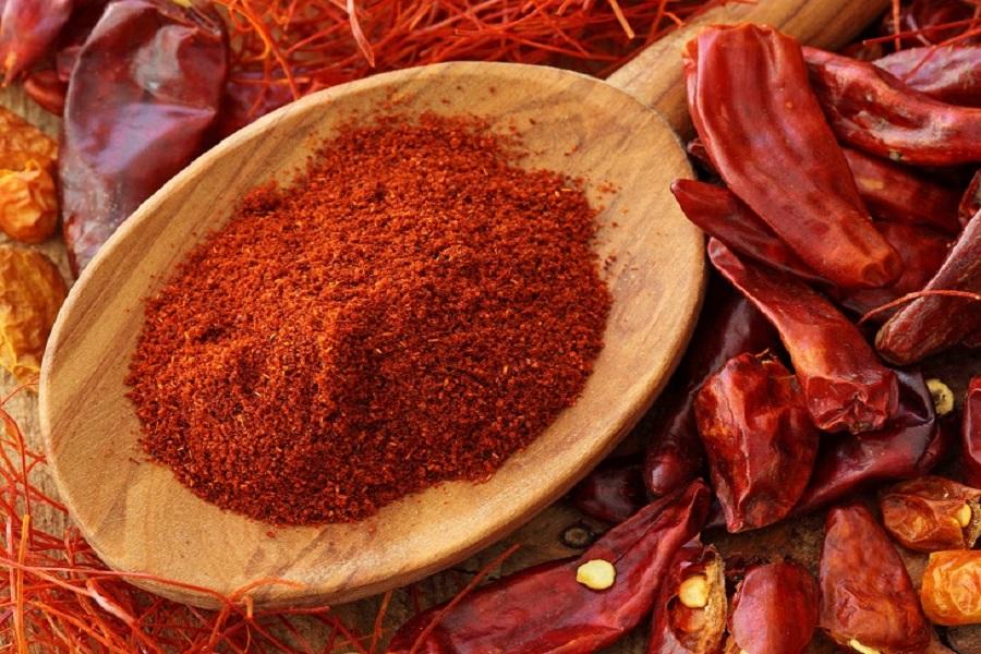 Sấy khô ớt rồi xay nhuyễn thành bột ớt