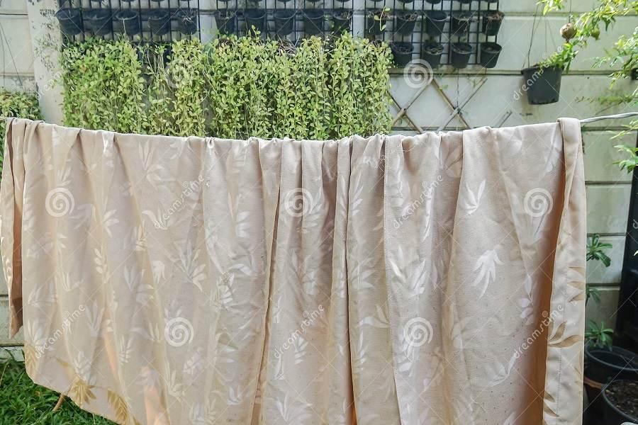 Rèm cửa được phơi ở nơi khô thoáng, tránh ánh nắng trực tiếp