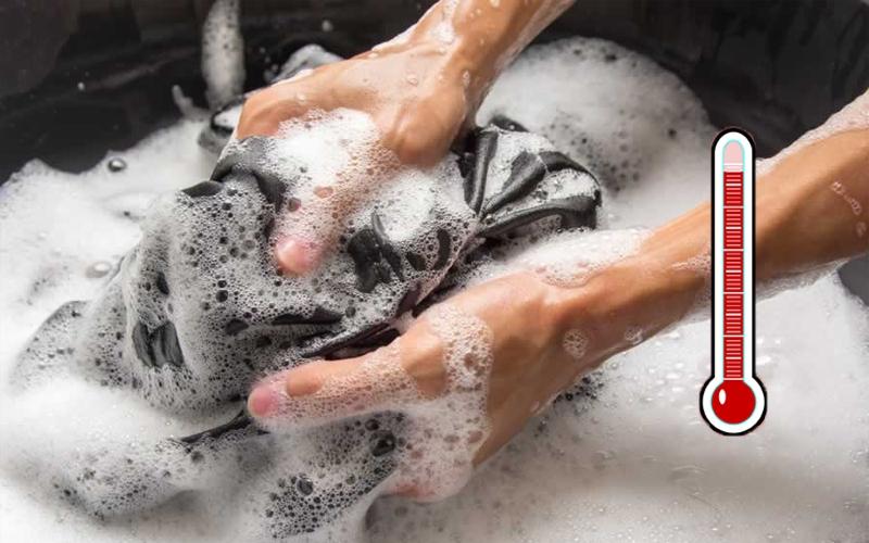 Sử dụng bột giặt để tẩy vết dầu dầu nhớt trên quần áo