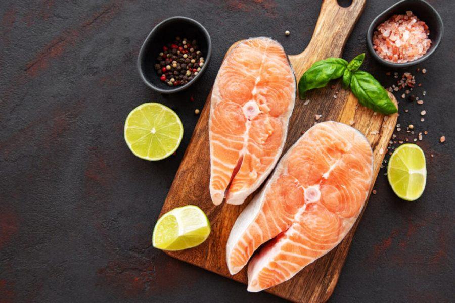 Sơ chế cá hồi: Hoà tan nước muối loãng với 2 thìa nước cốt chanh. Cho cá vào ngâm khoảng 5 phút, sau đó rửa sạch, để ráo nước.