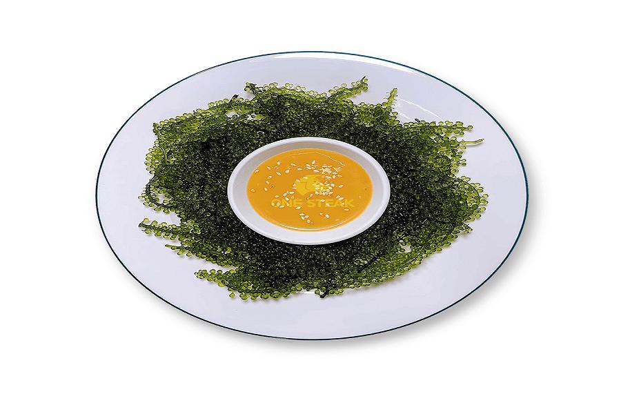 Rong nho ăn sống kèm với nước sốt mang đến hương vị đặc trưng, độ giòn thú vị