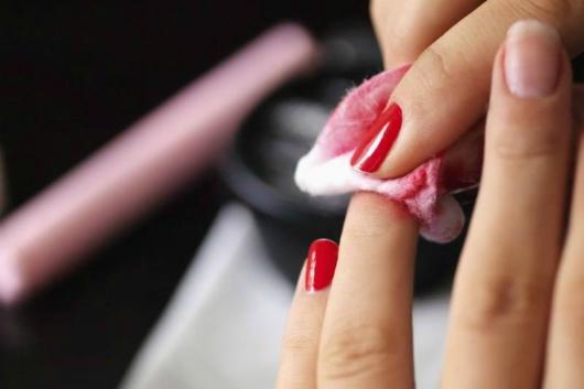 tẩy vết dầu gió trên áo bằng nước rửa sơn móng tay