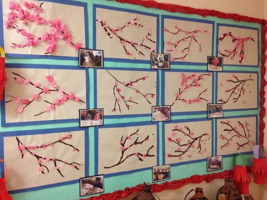 Trang trí bảng lớp ngày tết bằng hoa đào và ảnh kỷ niệm lớp học