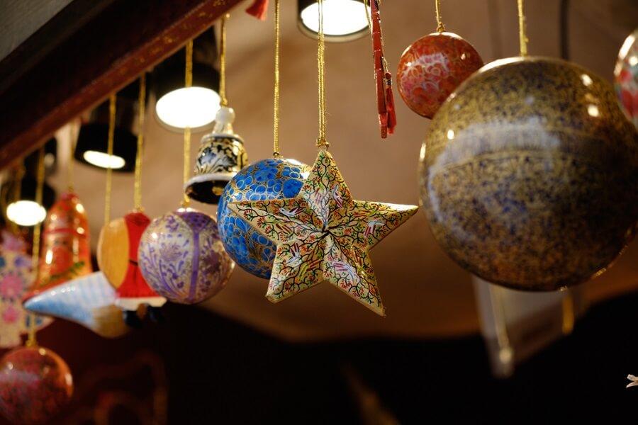 Trang trí giáng sinh trên trần nhà bằng quả châu, cái chuông, ngôi sao.