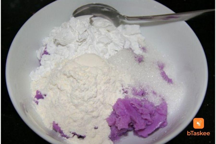 Cho khoai mỡ, bột mì, bột nếp, đường và sữa vào tô