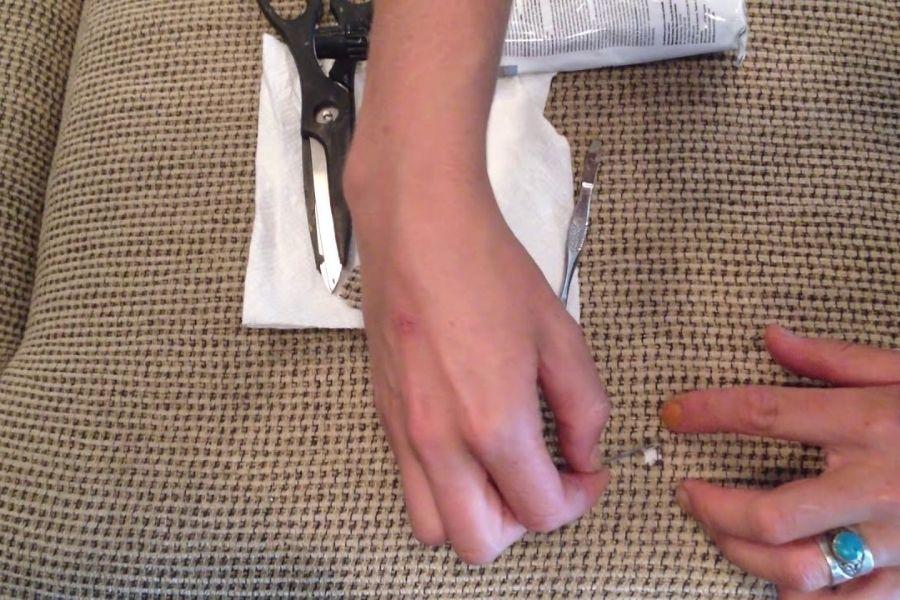 Sửa ghế sofa vải bị rách bằng kim chỉ