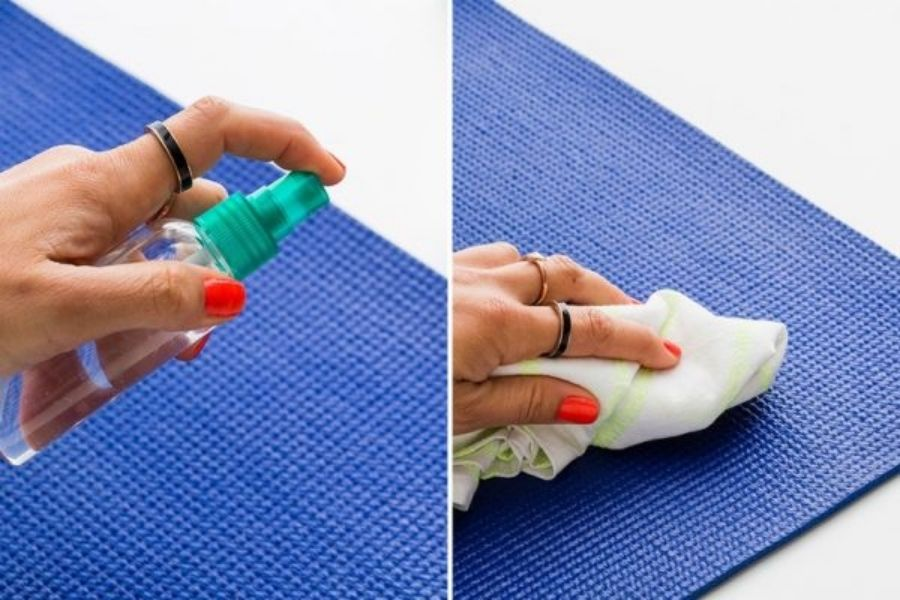 Vệ sinh thảm tập yoga bằng nước
