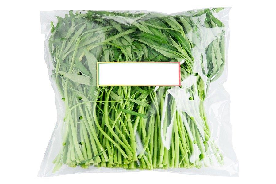 Đựng rau muống tươi sạch trong túi nhựa