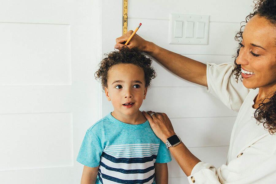 Thường xuyên theo dõi sự phát triển của trẻ để coi trẻ có bị suy dinh dưỡng không