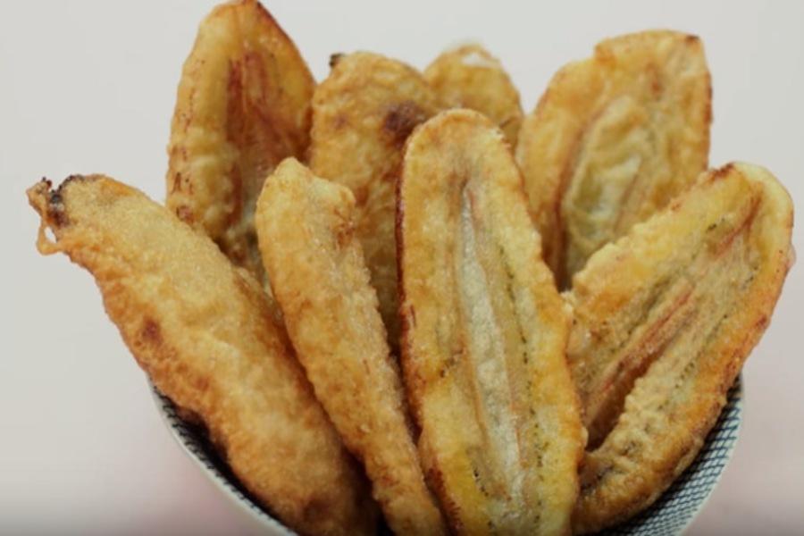 Giỏ đựng các bánh chuối chiên vàng đẹp mắt