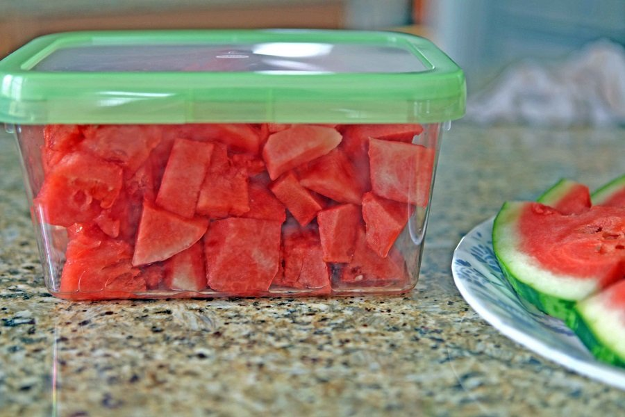 Đựng dưa hấu đã cắt trong hộp thủy tinh đậy kín và bảo quản trong tủ lạnh