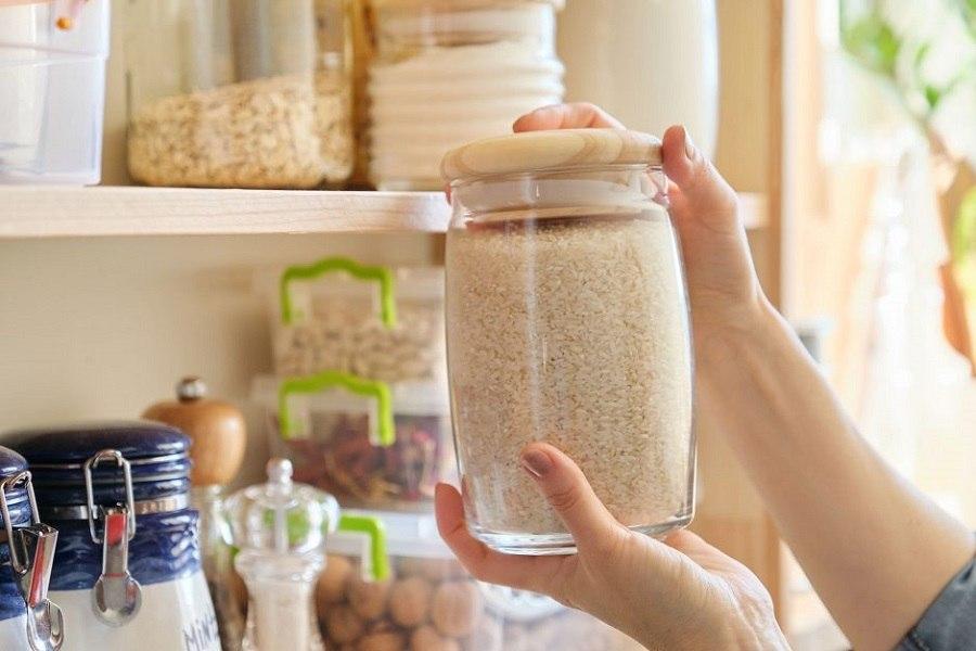 Bảo quản gạo ở nơi khô thoáng, trong lọ kín