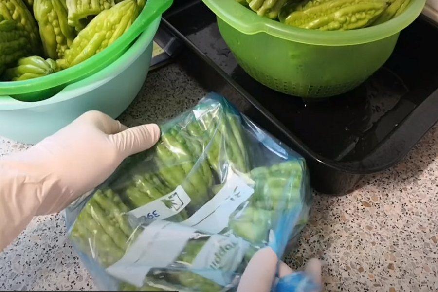 Xếp khổ qua vào túi đựng thực phẩm và buộc miệng túi