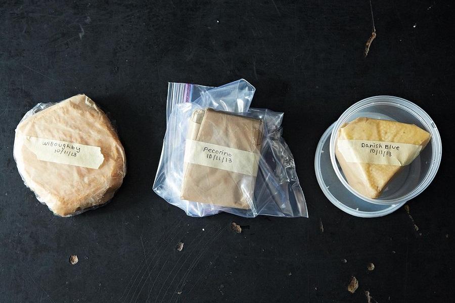 Bảo quản phô mai cứng và bán cứng trong túi nhựa, giấy phô mai hoặc hộp nhựa
