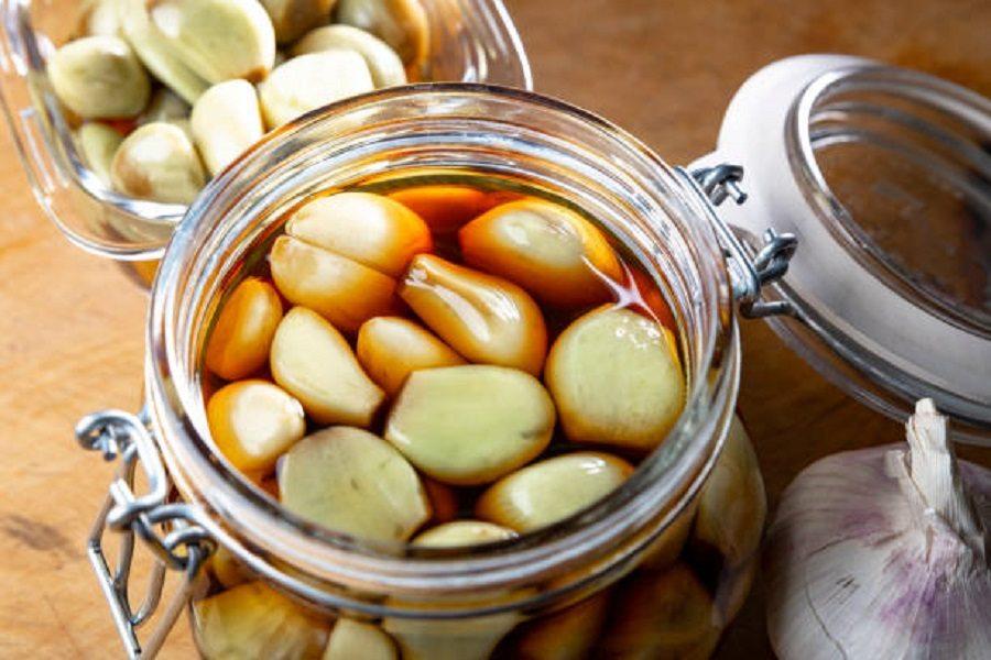Ngâm tỏi trong dầu ăn để bảo quản