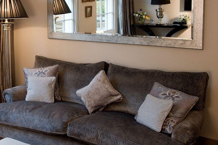 Trang trí ghế sofa và gương