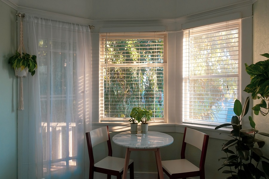 Kiểu rèm vải voan mỏng và rèm sáo giúp căn phòng sáng sủa có nắng nhẹ