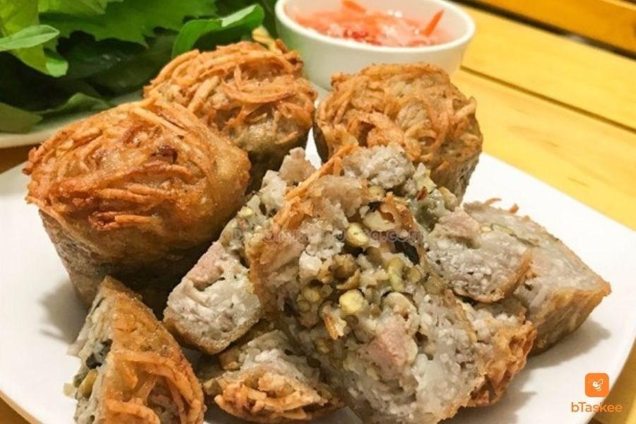 Hình ảnh các miếng bánh cống chay, thấy rõ nhân đậu xanh, nấm, cá bống chay