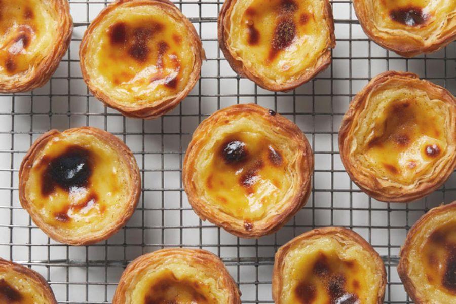 Bánh tart trứng trên vỉ nướng vàng rụm
