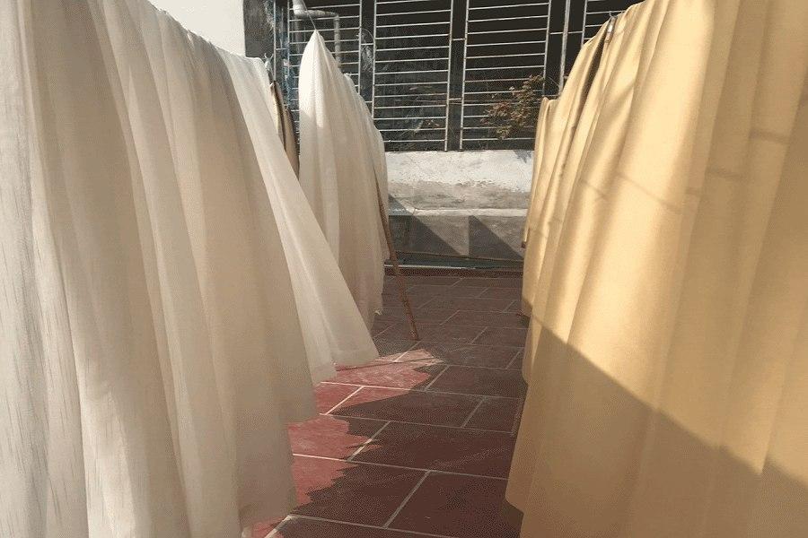 Chọn phơi rèm ở nơi có ánh nắng mặt trời là cách tẩy mốc rèm cửa hiệu quả