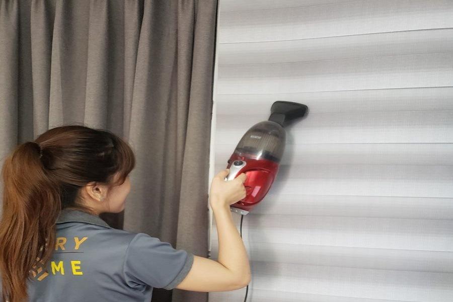 Dùng máy hút bụi để vệ sinh rèm cầu vồng