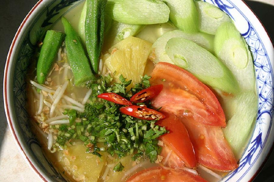 Tô canh chua đậu bắp, bạc hà, cà chua và thơm