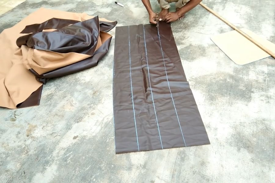 Cắt đoạn vải dài để làm phần vỏ bọc đệm ghế