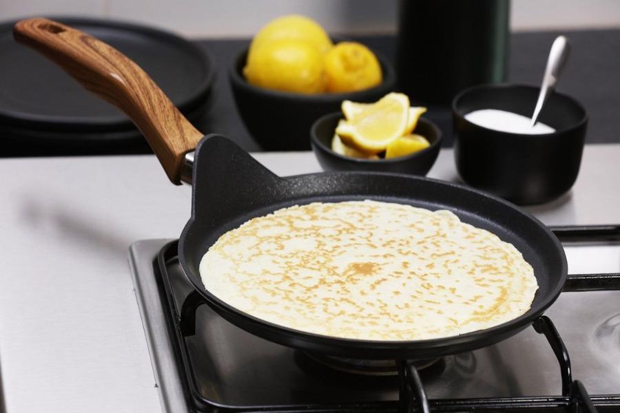 Bánh crepe được tráng mỏng trong chảo
