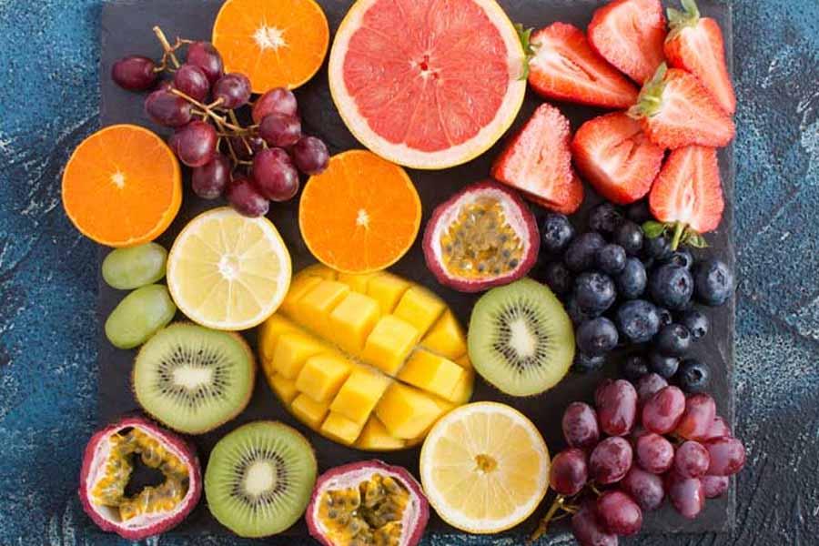 Cho trẻ ăn nhiều trái cây chứa vitamin C để tăng cường sức để kháng
