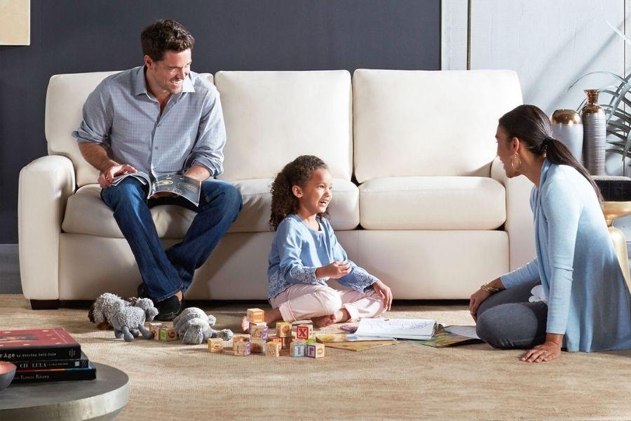 Gia đình thư giãn bên ghế sofa