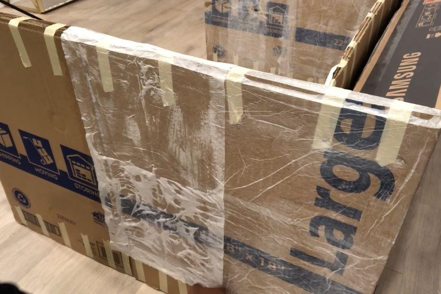 Dán khăn giấy vào phần khung ghế sofa làm bằng giấy