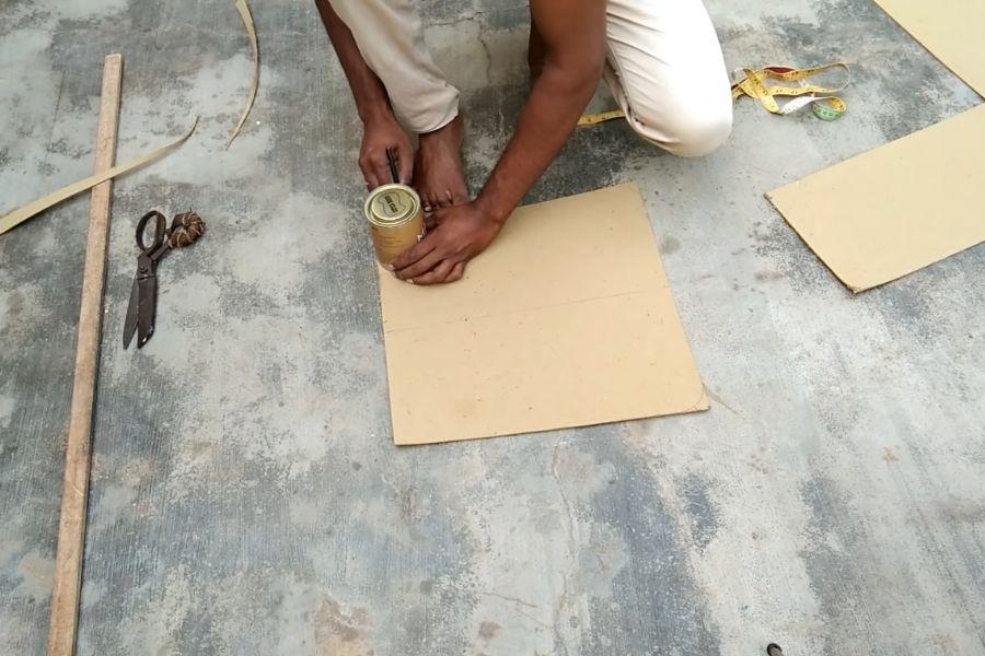 Sử dụng lon hình tròn để đánh dấu vòng cung giúp khung đệm ghế gỗ đệm hơn