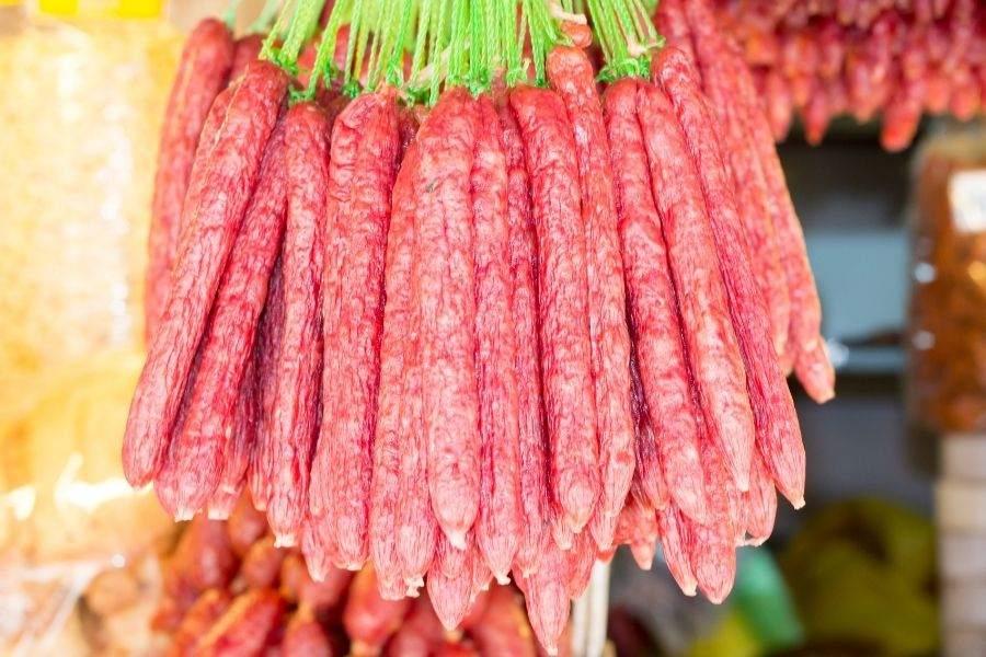 Xâu lạp xưởng khô có màu đỏ sẫm, vỏ nhăn và thô