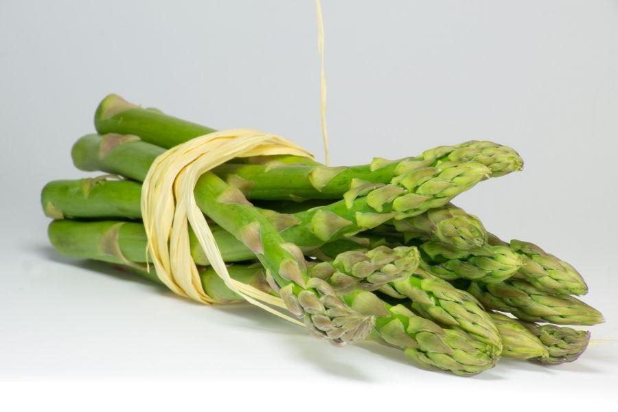 Măng tây có hình dạng như ngọn giáo mỏng manh, thân cây có màu xanh lá cây.
