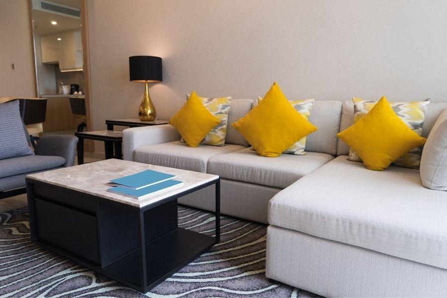 cách chọn màu sofa cho phòng khách cùng tông tường nhà