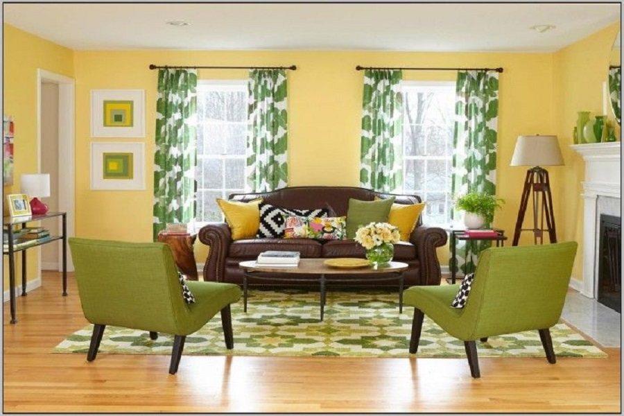 Rèm cửa họa tiết xanh phối với màu sơn tường vàng tạo nên sự sinh động, cuốn hút