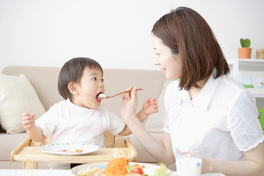 Nấu ăn và cho trẻ ăn dịch vụ chăm sóc trẻ theo giờ