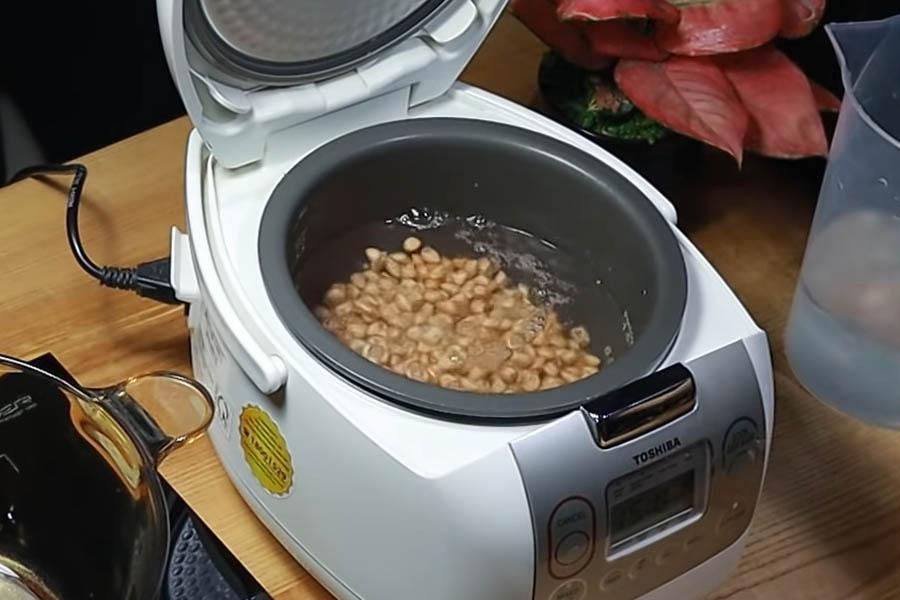 Nấu chín đậu phộng bằng nồi cơm điện
