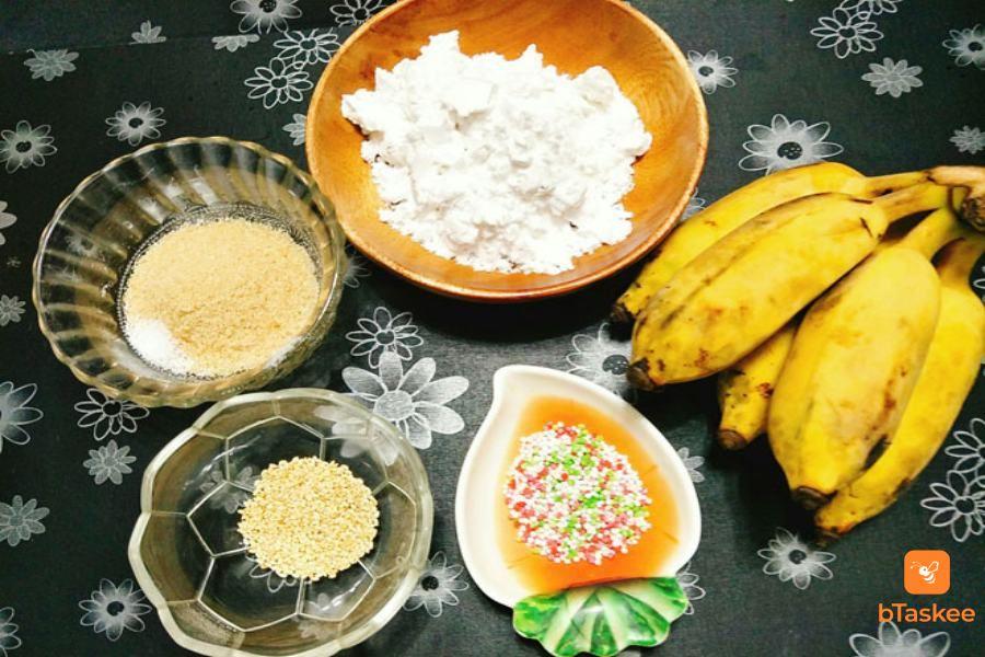 Nguyên liệu làm bánh chuối chiên: bột mì, bột gạo, chuối sứ, bột nghệ,...