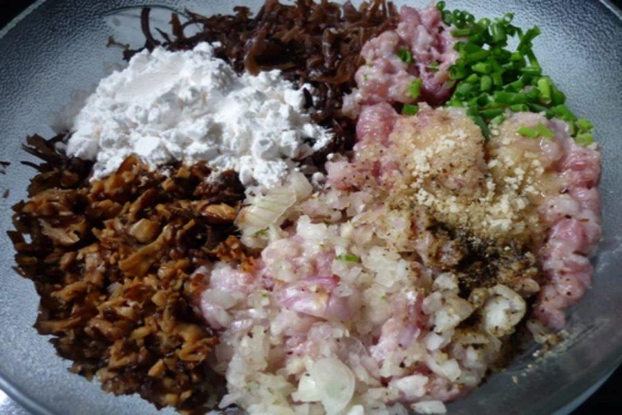 Nguyên liệu làm bánh giò: hành tây, hành tím, thịt xay, đường, mộc nhĩ,...