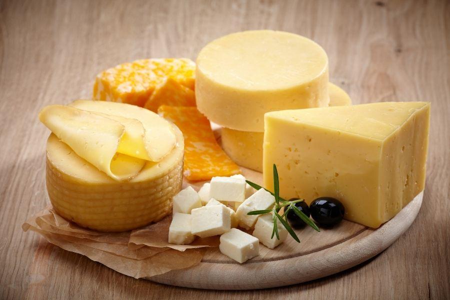 Phô mai được làm từ sữa động vật lên men tạo thành nhiều hình dáng và hương vị khác nhau