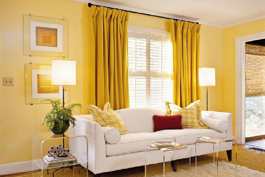 Tường và rèm cửa màu vàng khác sắc độ
